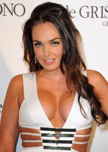 Снимки кормящей грудью британской модели Экклстоун вызвали жаркие споры