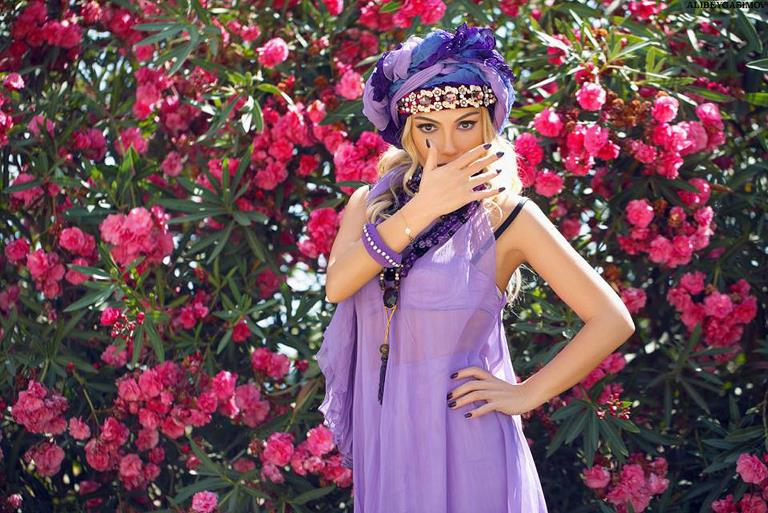 Нура Сури в образе амазонки поёт о мозахисто